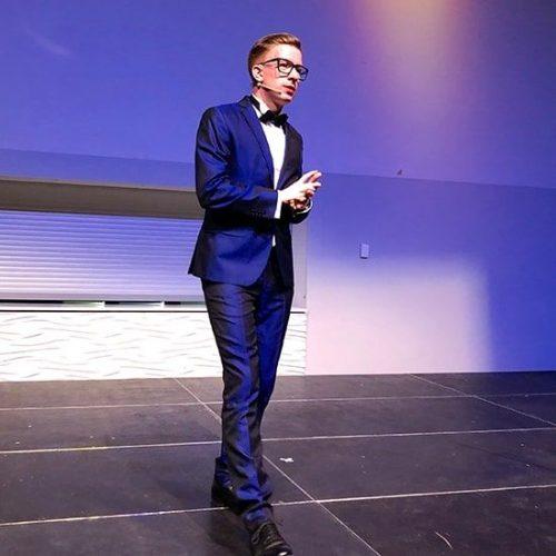 Hedné på scenen som foredragsholder