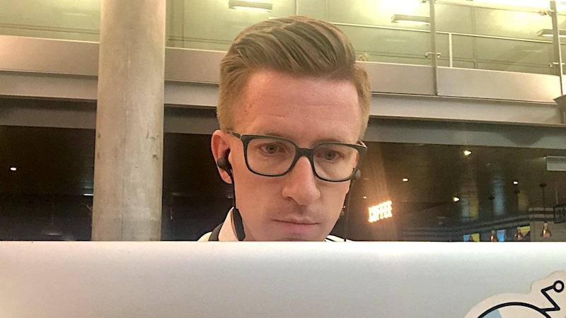 Mikael Hedné jobber med laptop på Gardermoen